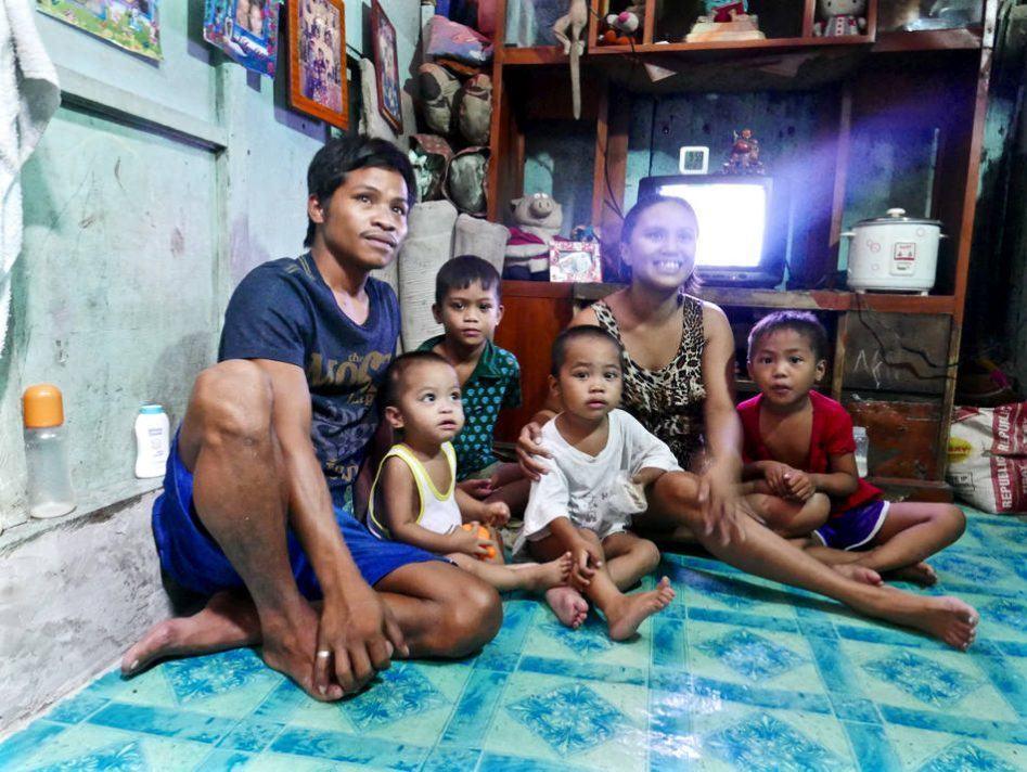 manila slum family